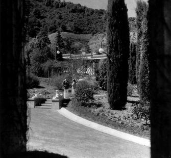 A young couple on the grounds at Villa Montalvo